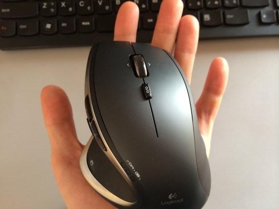 手の平の上で操作したLogicool-m950t